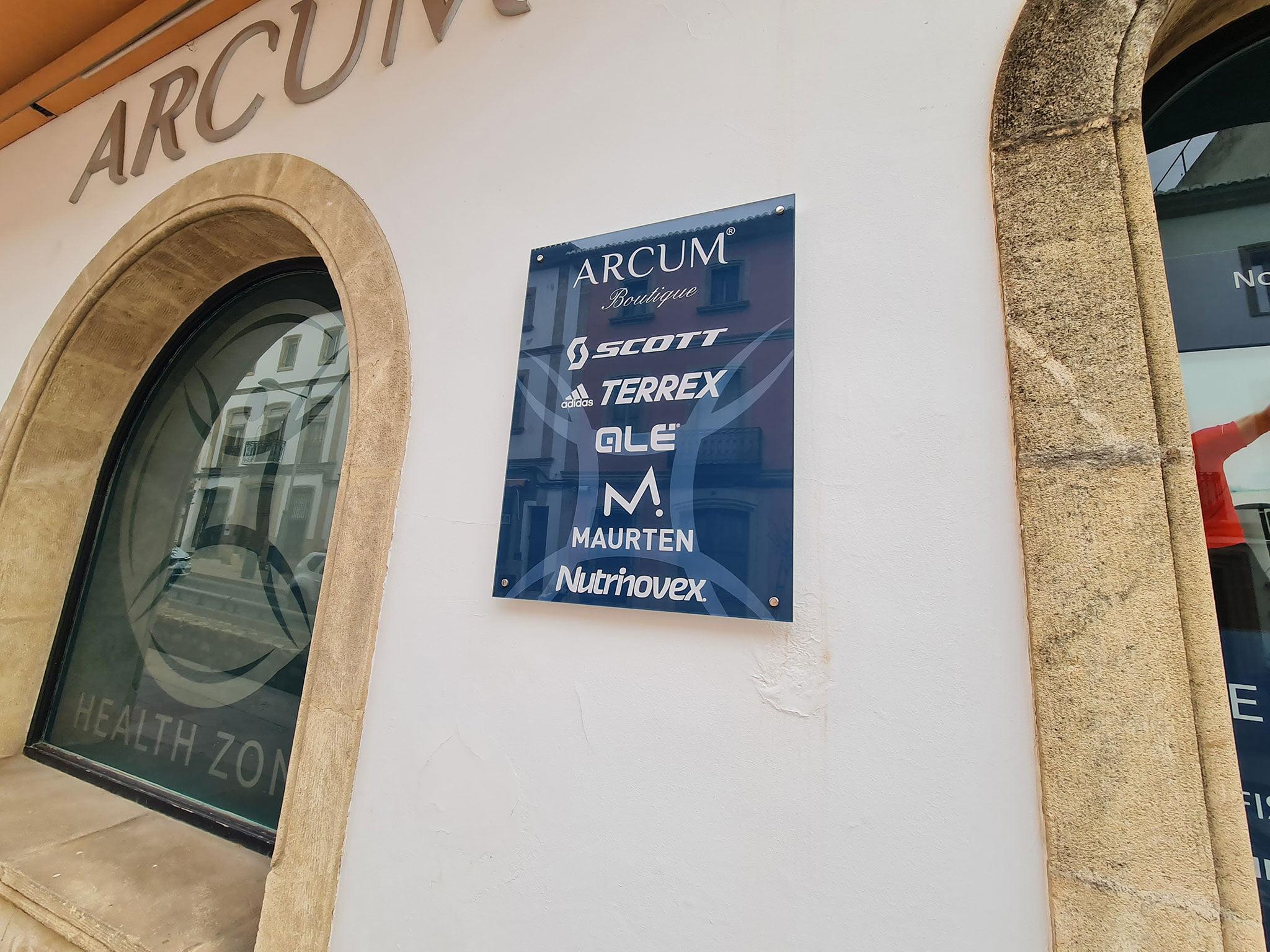Placa con las marcas con las que trabaja Arcum Health Zone