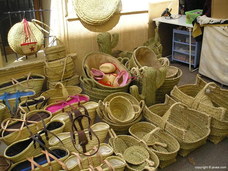 Productos de esparto en la feria de Artesanía de Xàbia