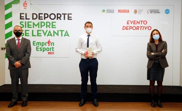 Imagen: Representante del Llebeig con el premio