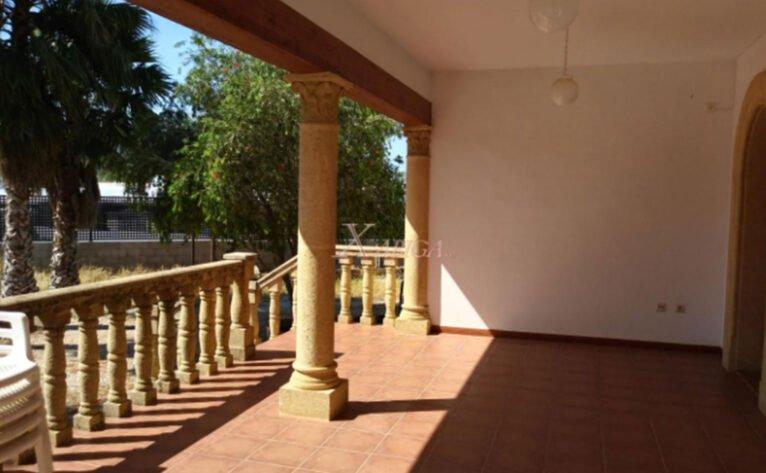 Terraza de una casa con vivienda de invitados en venta con Xabiga Inmobiliaria