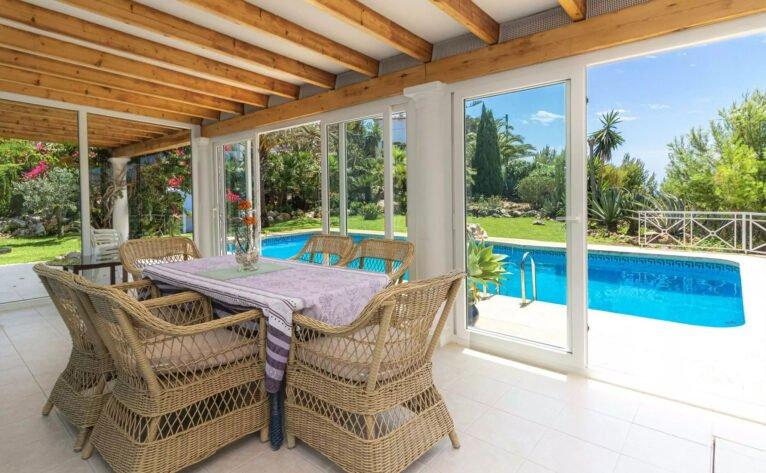Terraza cubierta de un chalet en venta en la zona de la Granadella - Vicens Ash Properties