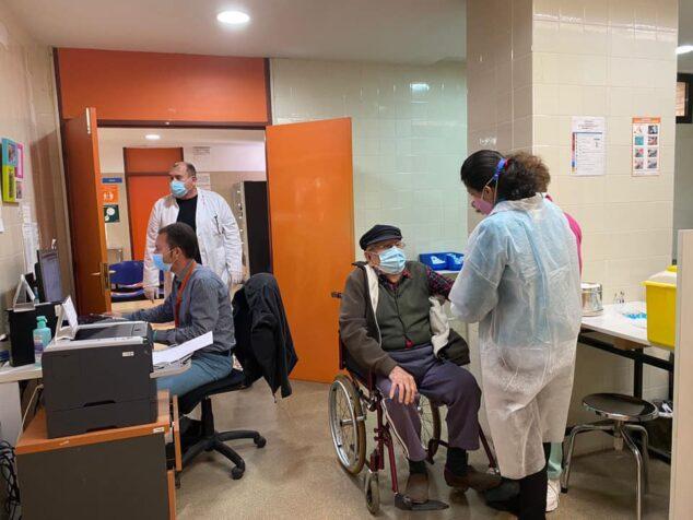 Imagen: Un vecino de Xàbia recibiendo la vacuna