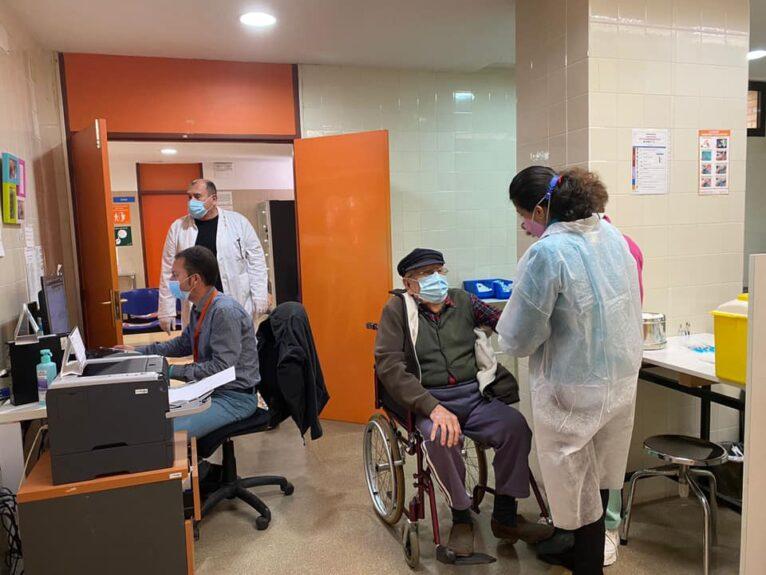 Un vecino de Xàbia recibiendo la vacuna