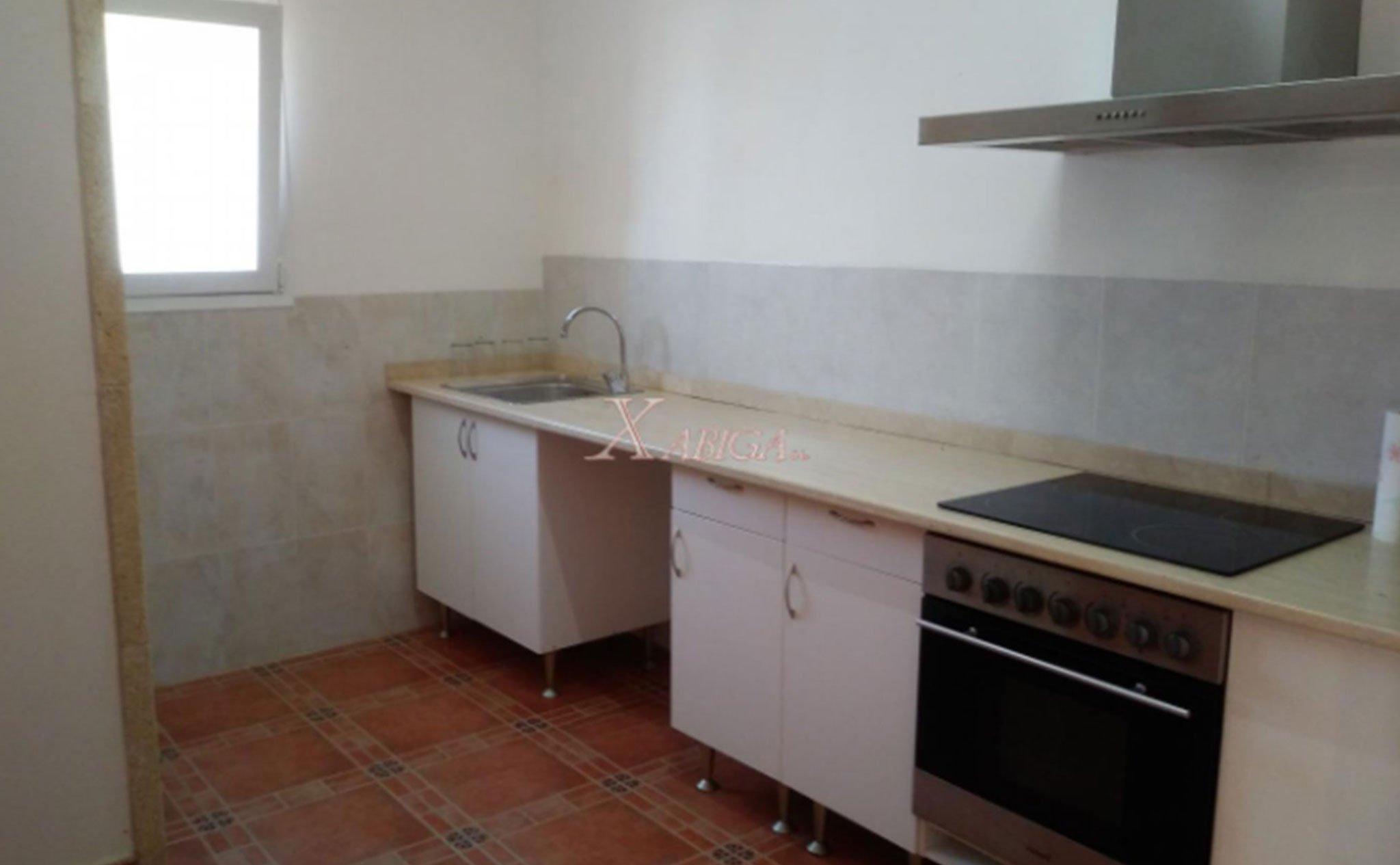 Una de las cocinas de una casa con vivienda de invitados en venta con Xabiga Inmobiliaria