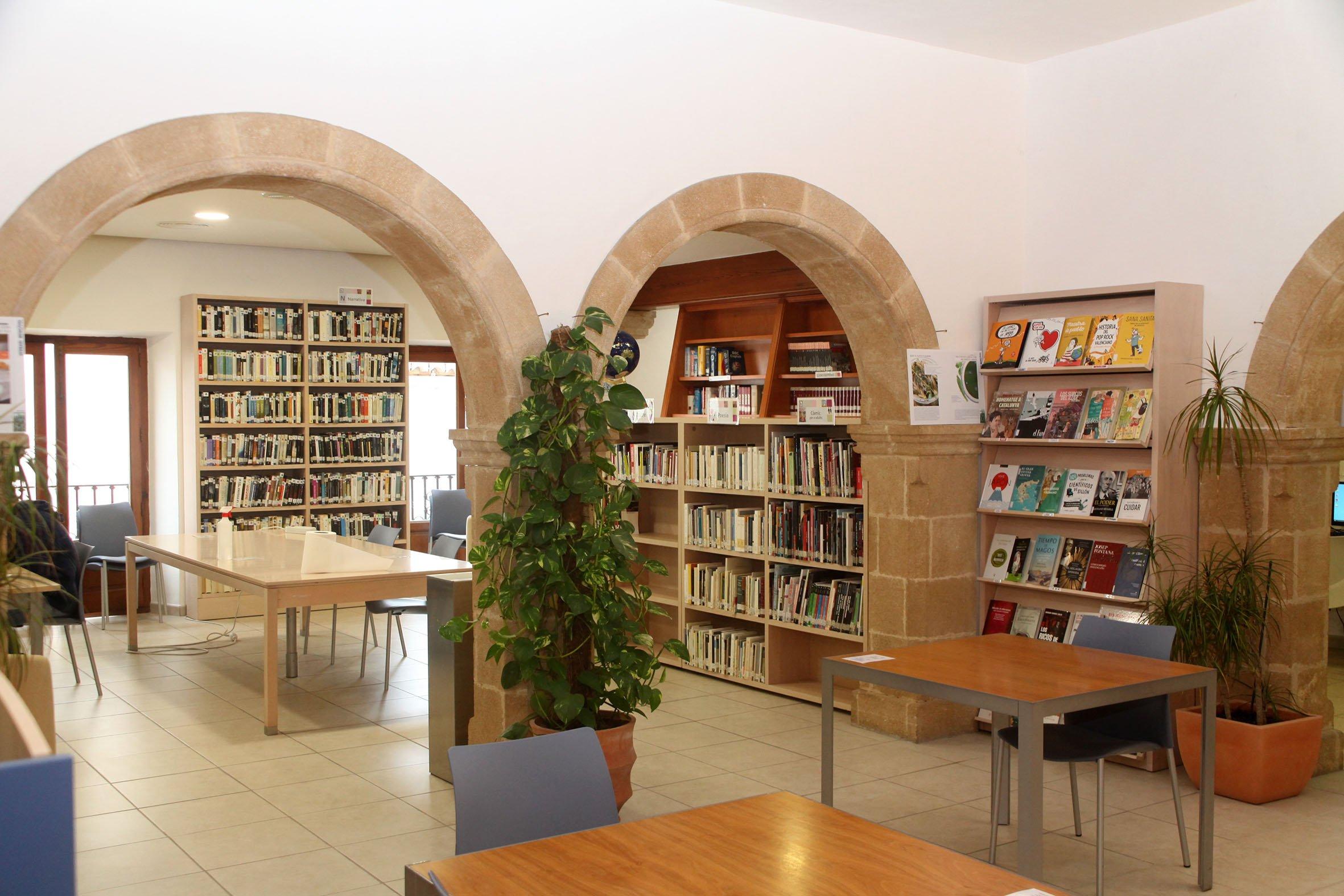 Una de las salas de consulta y lectura de la Biblioteca de Xàbia