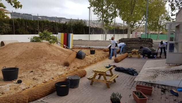 Imagen: Actuación en el patio infantil del Trenc d'Alba