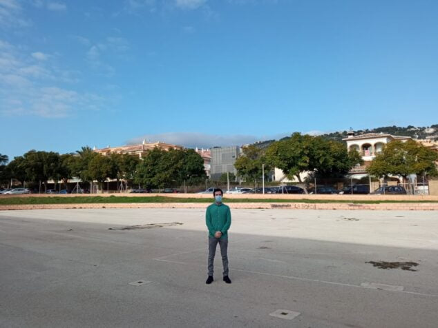 Imagen: Enrique Escrivá en la parcela de la futura piscina municipal