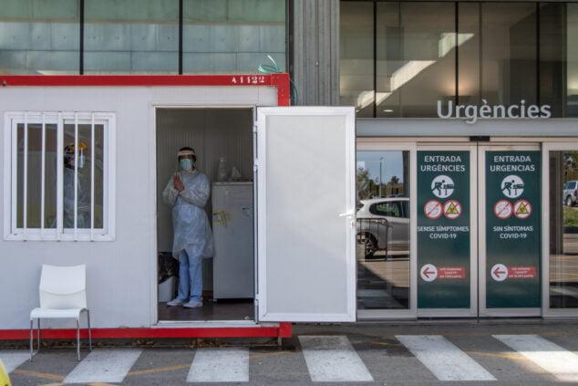 Imagen: Entrada a Urgencias y punto de pruebas PCR en el Hospital de Dénia