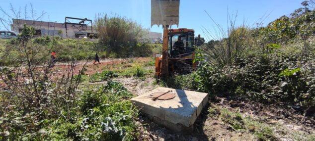 Imagen: La maquinaria trabaja en el sellado de la arqueta del río Gorgos