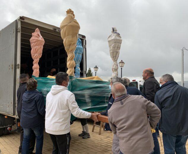 Imagen: Mayorales de la Cofradía del Nazareno cargan las andas para su traslado