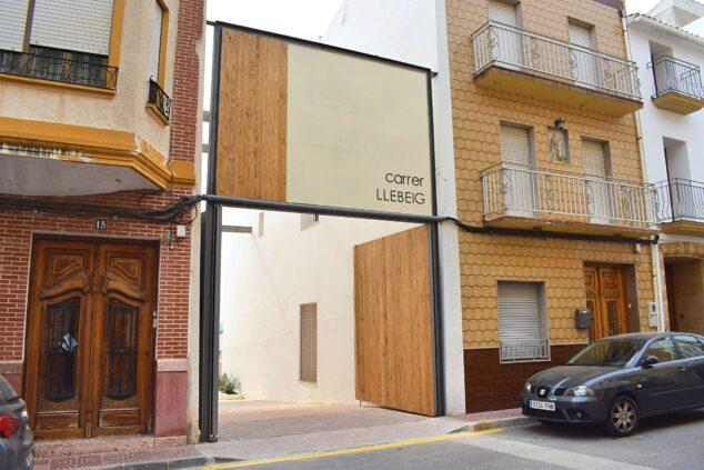 Imagen: Puerta de acceso a la calle Llebeig
