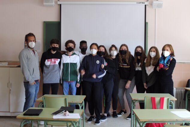 Imagen: Alumnos y profesores del IES Antoni Llidó