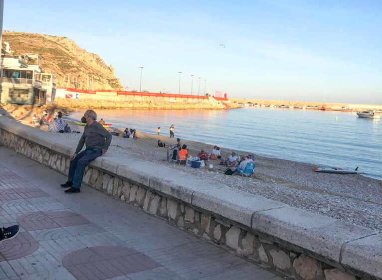 Ambiente en la playa de la Grava de Xàbia