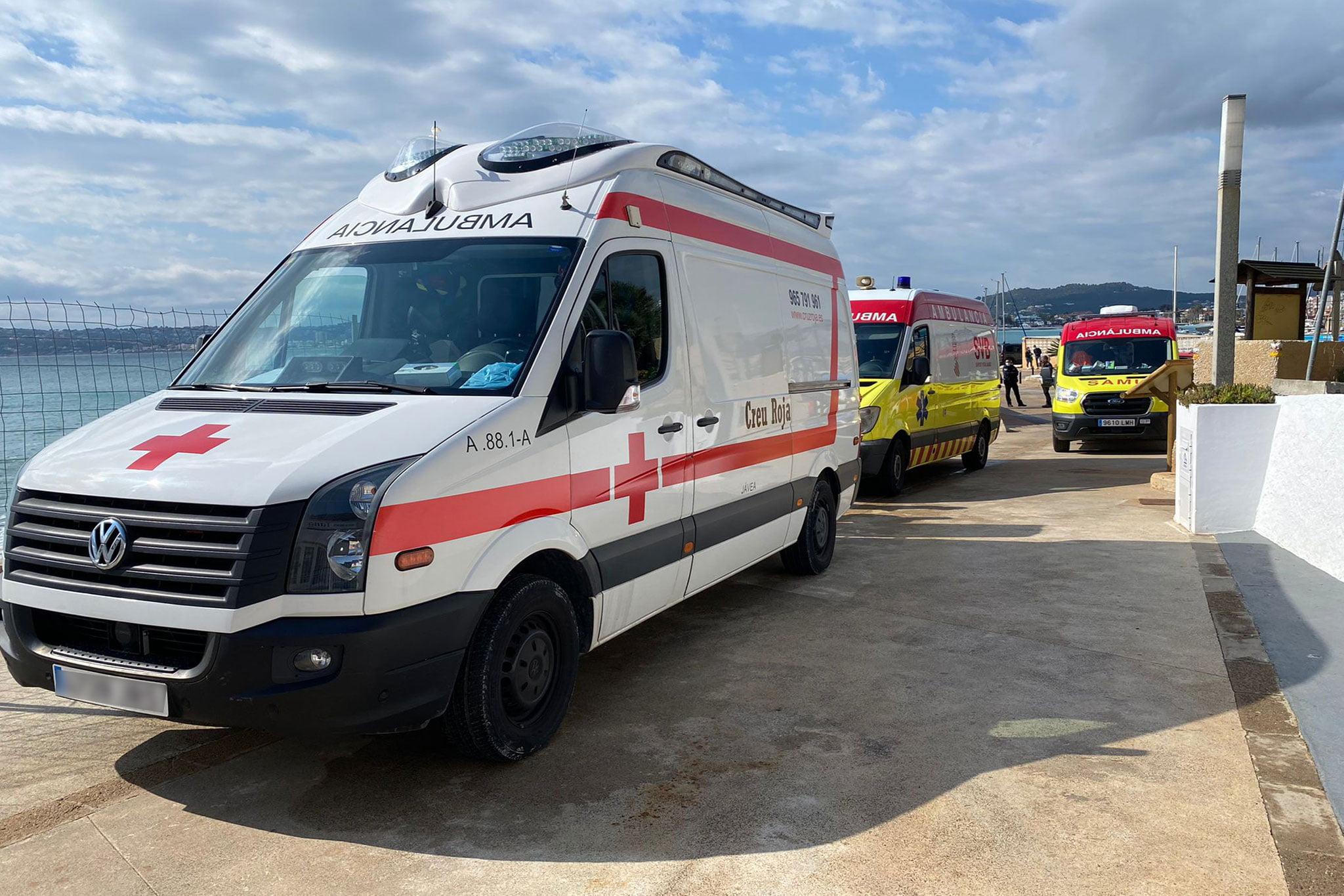 Ambulancias desplegadas en el lugar del suceso en Xàbia