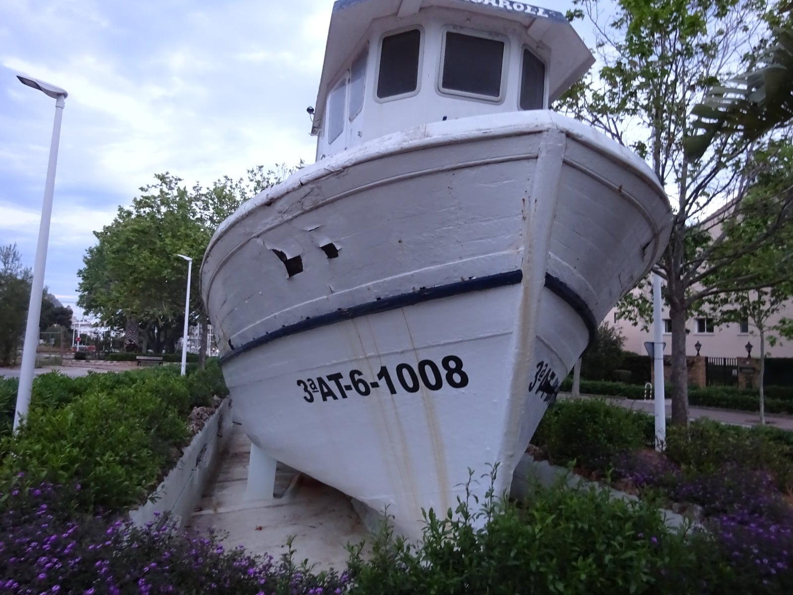 Barco situado en la rotonda de acceso a la Vía Augusta