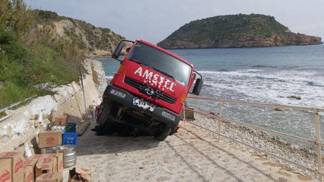 Imagen: Camión atrapado en la Cala de la Barraca