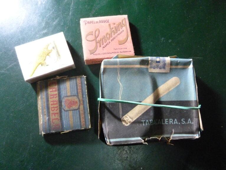 El tabaco, librillo de papel de fumar y cerillas. Fue el  último cigarrillo que fumo, de 'Ideales'