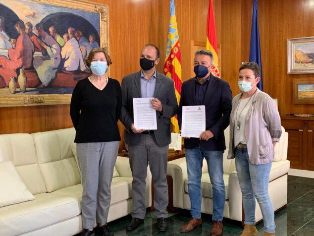Imagen: Ediles de Xàbia con el conseller tras la firma del convenio