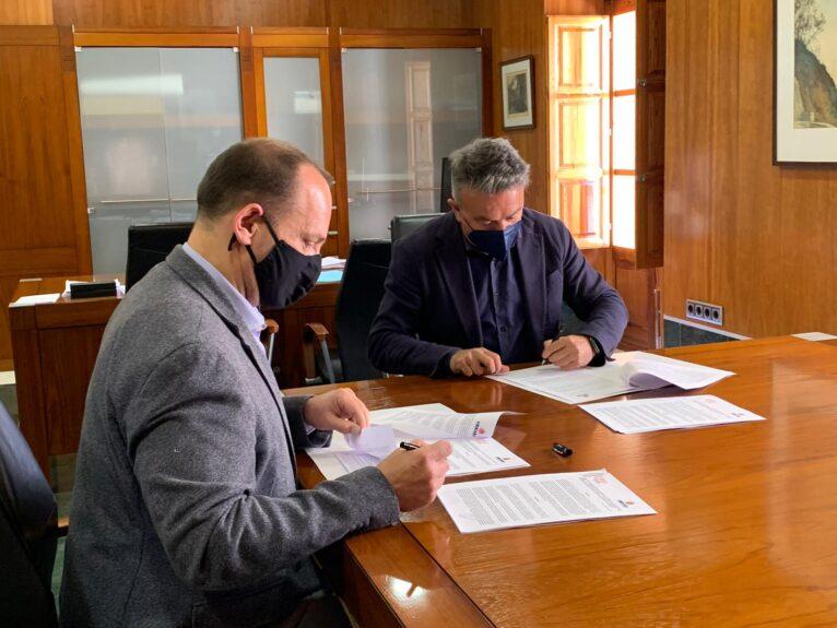 Rubén Martínez Dalmau y José Chulvi en la firma del convenio