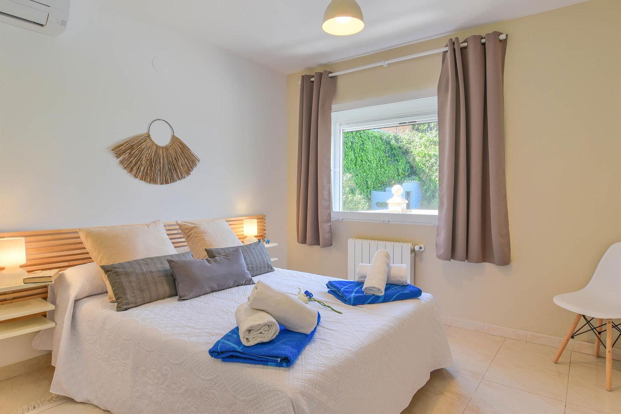 Una de las habitaciones de una casa de alquiler para vacaciones en Jávea – Aguila Rent a Villa