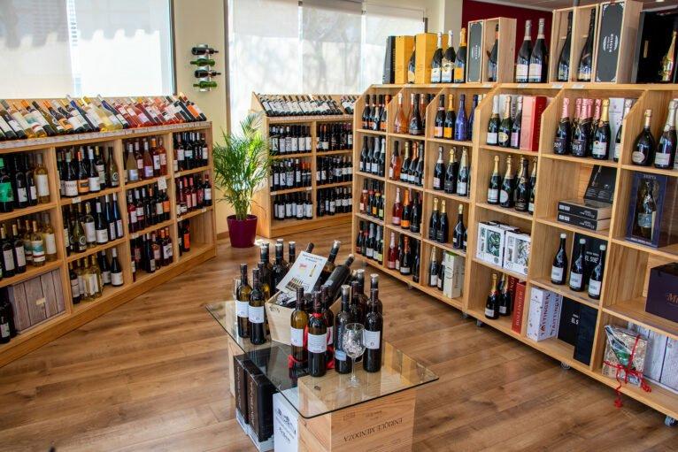 Distintas estanterías y secciones en el interior de Casa del Vino en Jávea