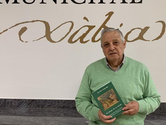 Imagen: Juan Bta Codina Bas con el libro