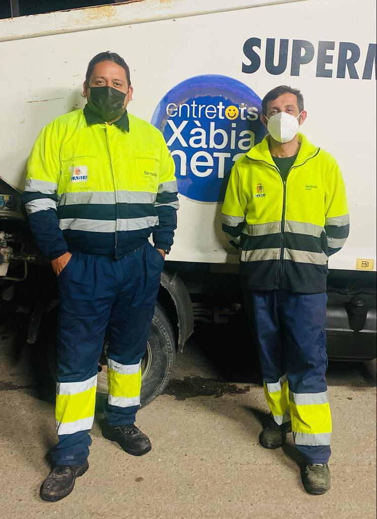 Los dos trabajadores que hallaron y devolvieron la cartera