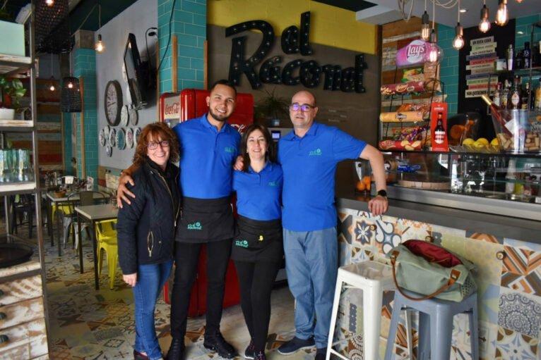 De izquierda a derecha, María, Anderson, Isa y Willy, parte del equipo actual de El Raconet