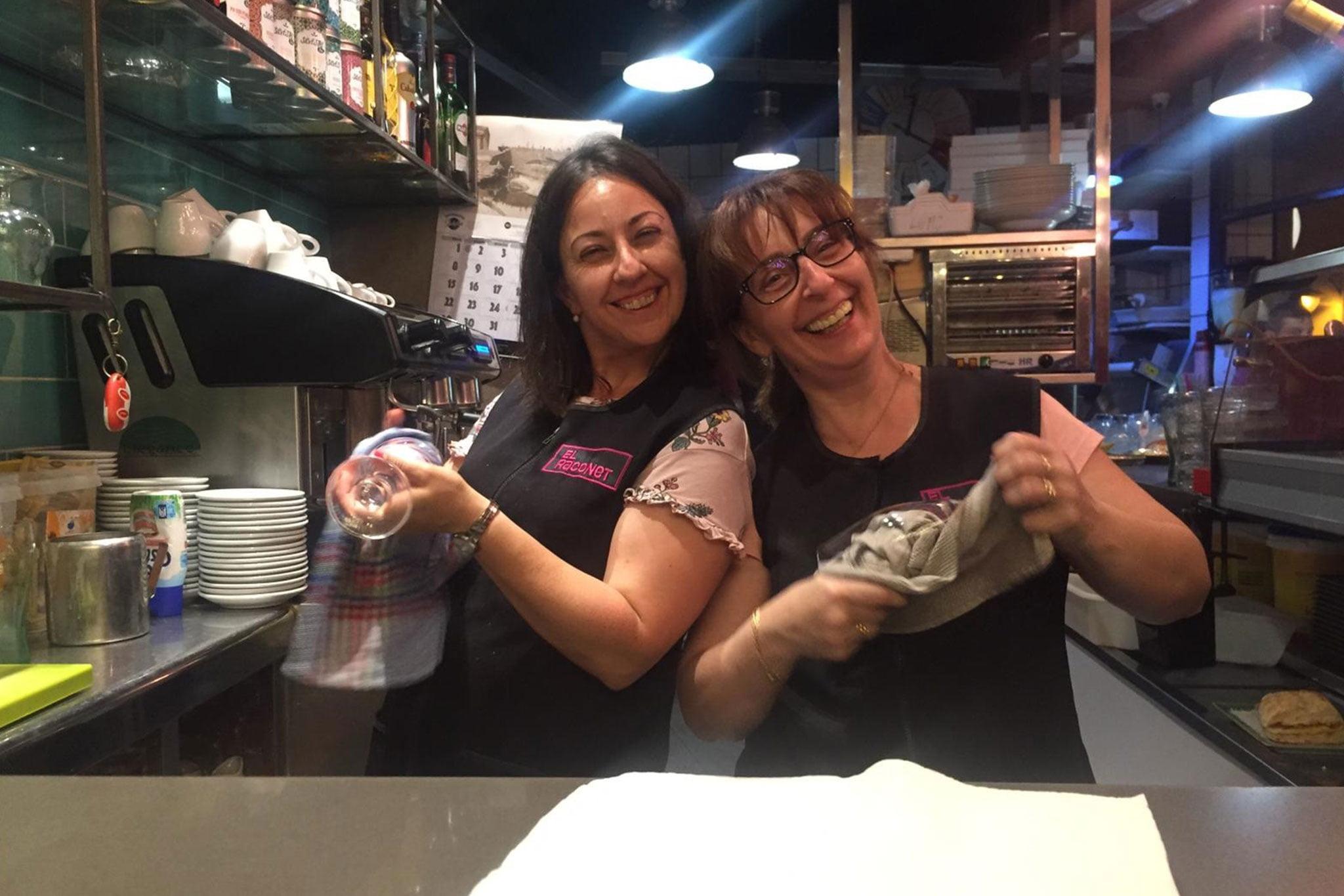 María y su hermana Isa en la cocina – El Raconet
