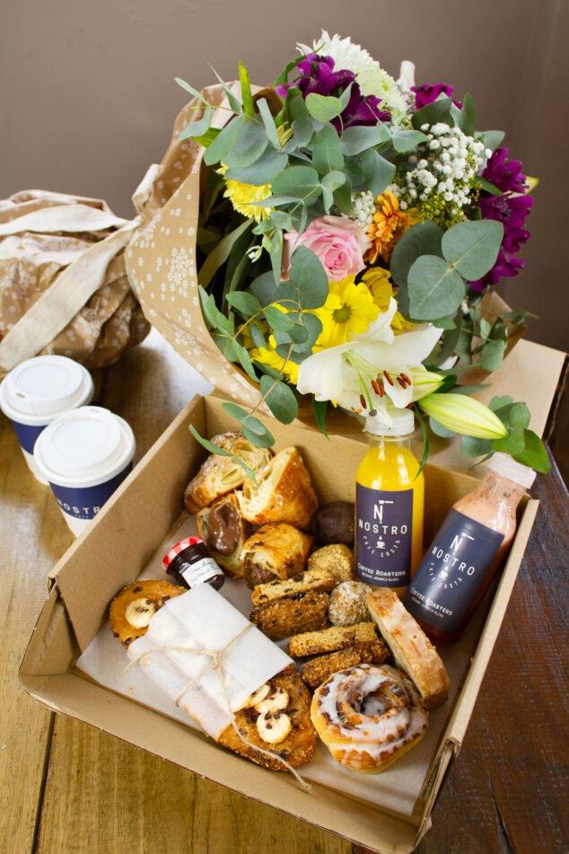 Imagen: Caja de desayuno y flores - Nostro Café Costa