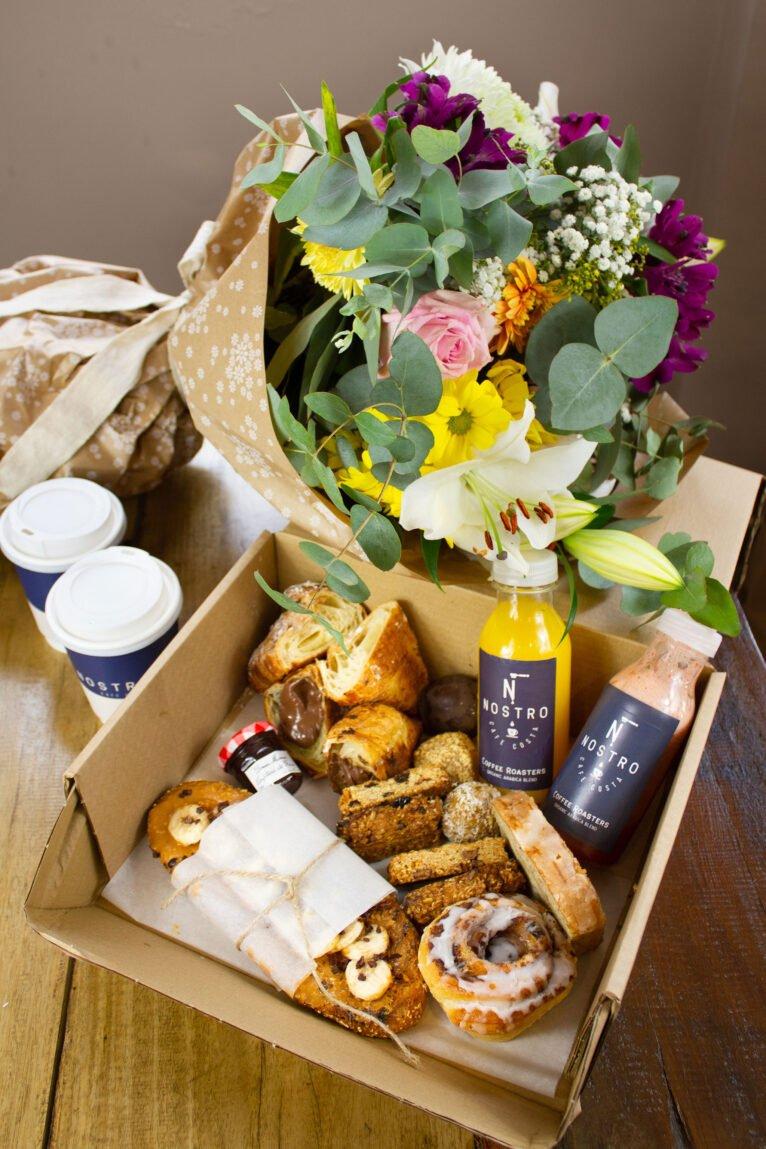 Caja de desayuno y flores - Nostro Café Costa
