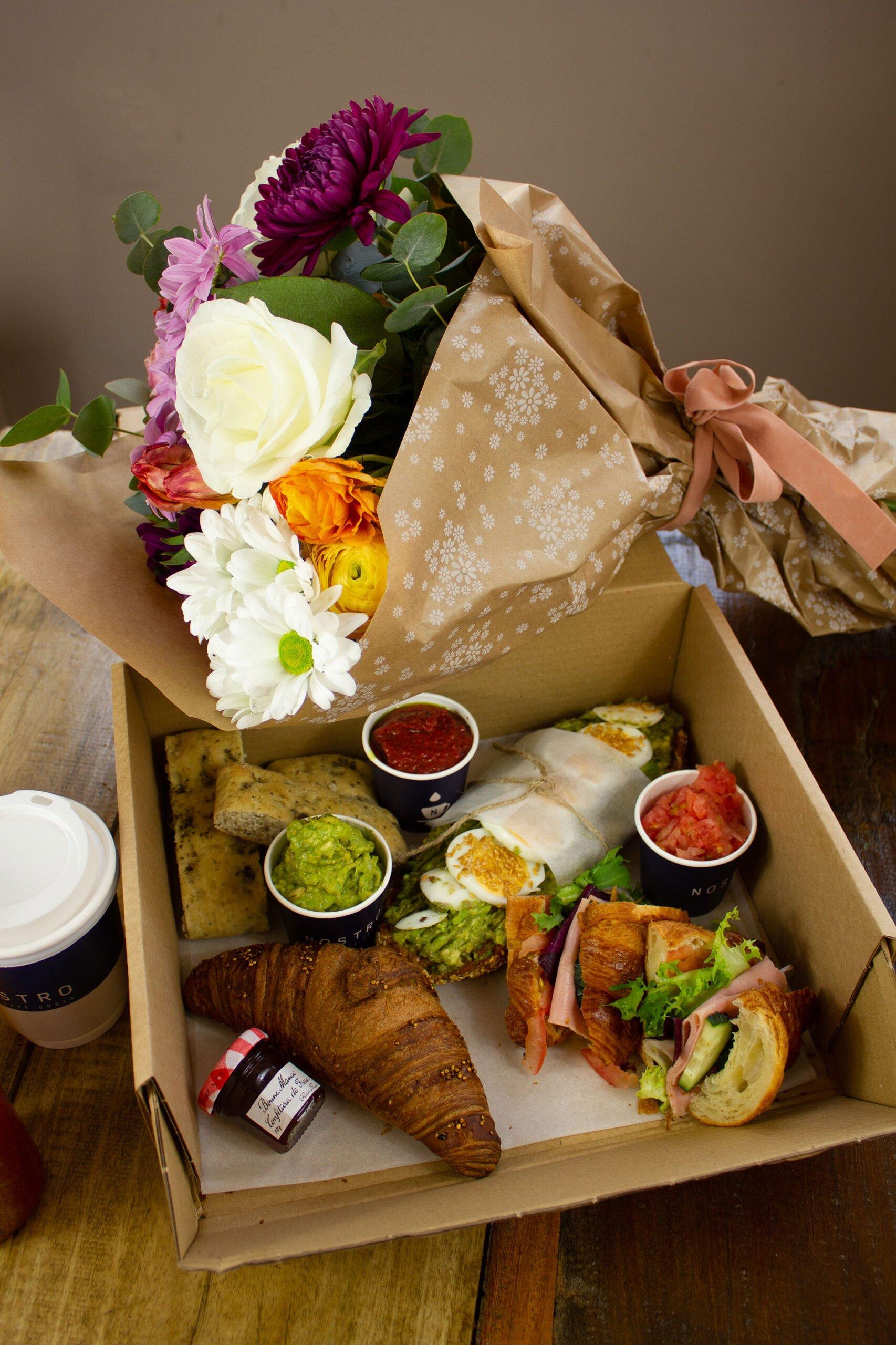 Combinación de caja de desayuno y ramo de flores para el Día de la Madre – Nostro Café Costa