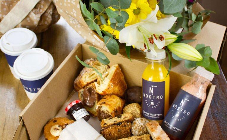 Caja de desayuno y flores de Nostro Café Costa