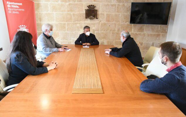Imagen: Reunión para la divulgación de Cristóbal Balenciaga
