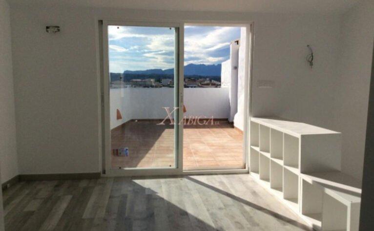 Salida a la terraza de una casa de pueblo en venta en Benitatxell - Xabiga Inmobiliaria