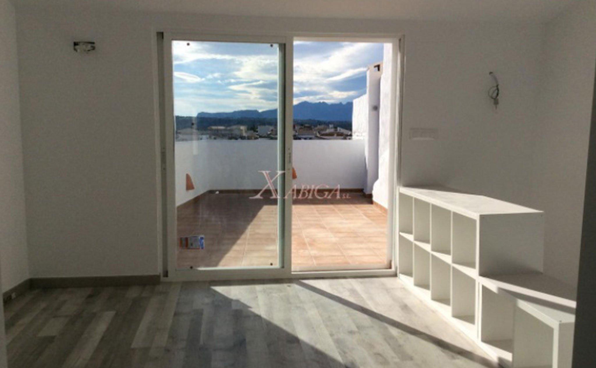Salida a la terraza de una casa de pueblo en venta en Benitatxell – Xabiga Inmobiliaria