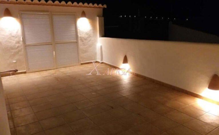Vista nocturna de la terraza de una casa de pueblo en venta en Benitatxell - Xabiga Inmobiliaria