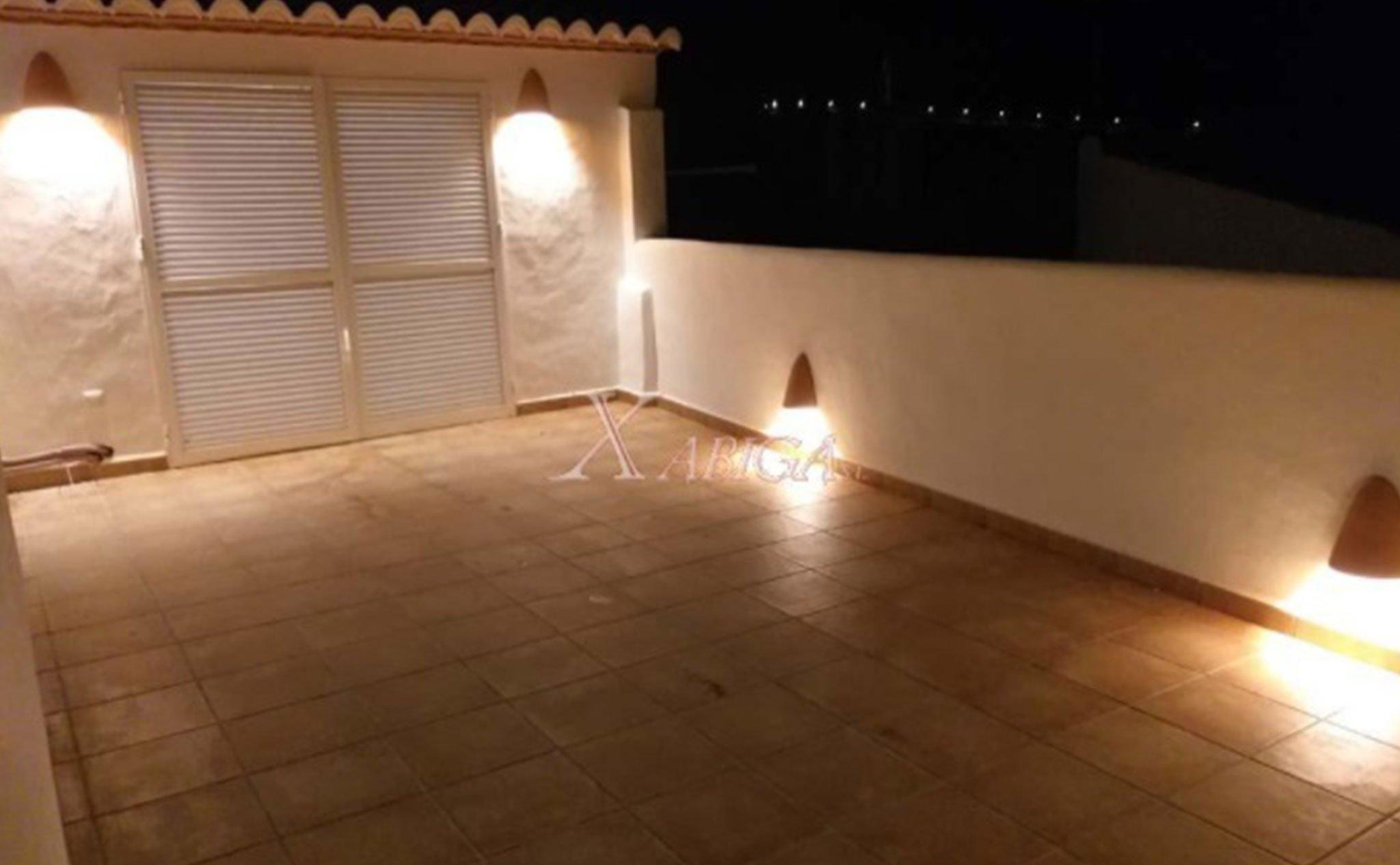 Vista nocturna de la terraza de una casa de pueblo en venta en Benitatxell – Xabiga Inmobiliaria
