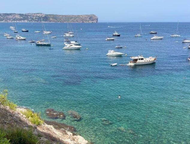 Imagen: Cala del Francés con barcos fondeando