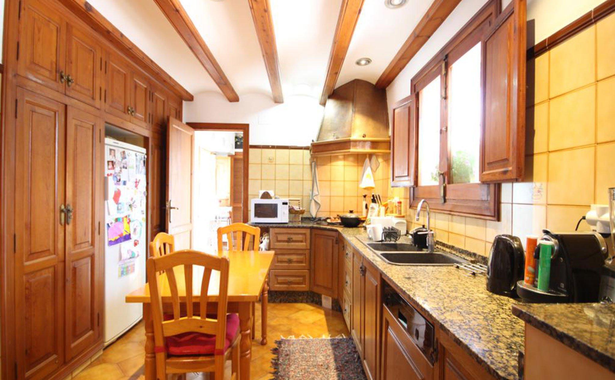 Cocina de una casa mediterránea con apartamento de invitados en Jávea – Atina Inmobiliaria