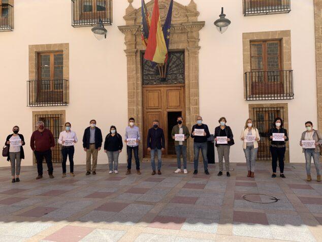 Imagen: Concentración de PSOE y Compromís por el Fondo de Cooperación