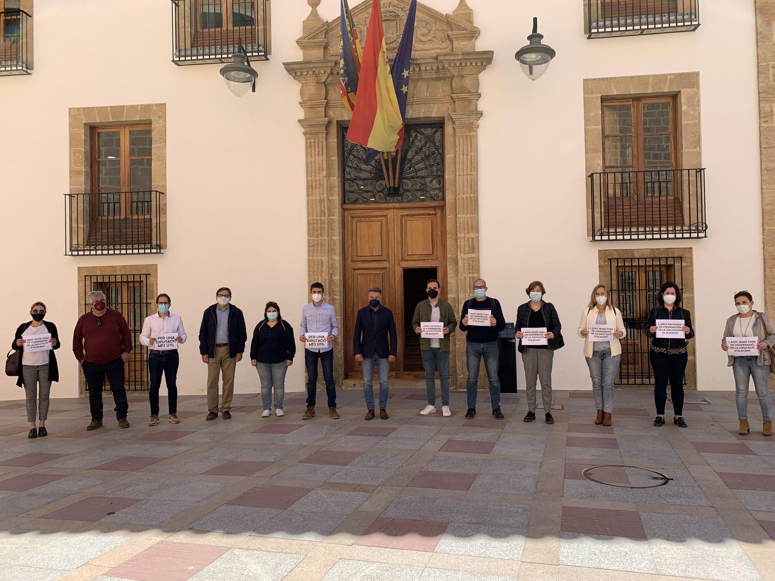 Concentración de PSOE y Compromís por el Fondo de Cooperación