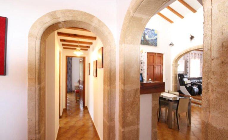 Distribuidor de una casa mediterránea con apartamento de invitados en Jávea - Atina Inmobiliaria