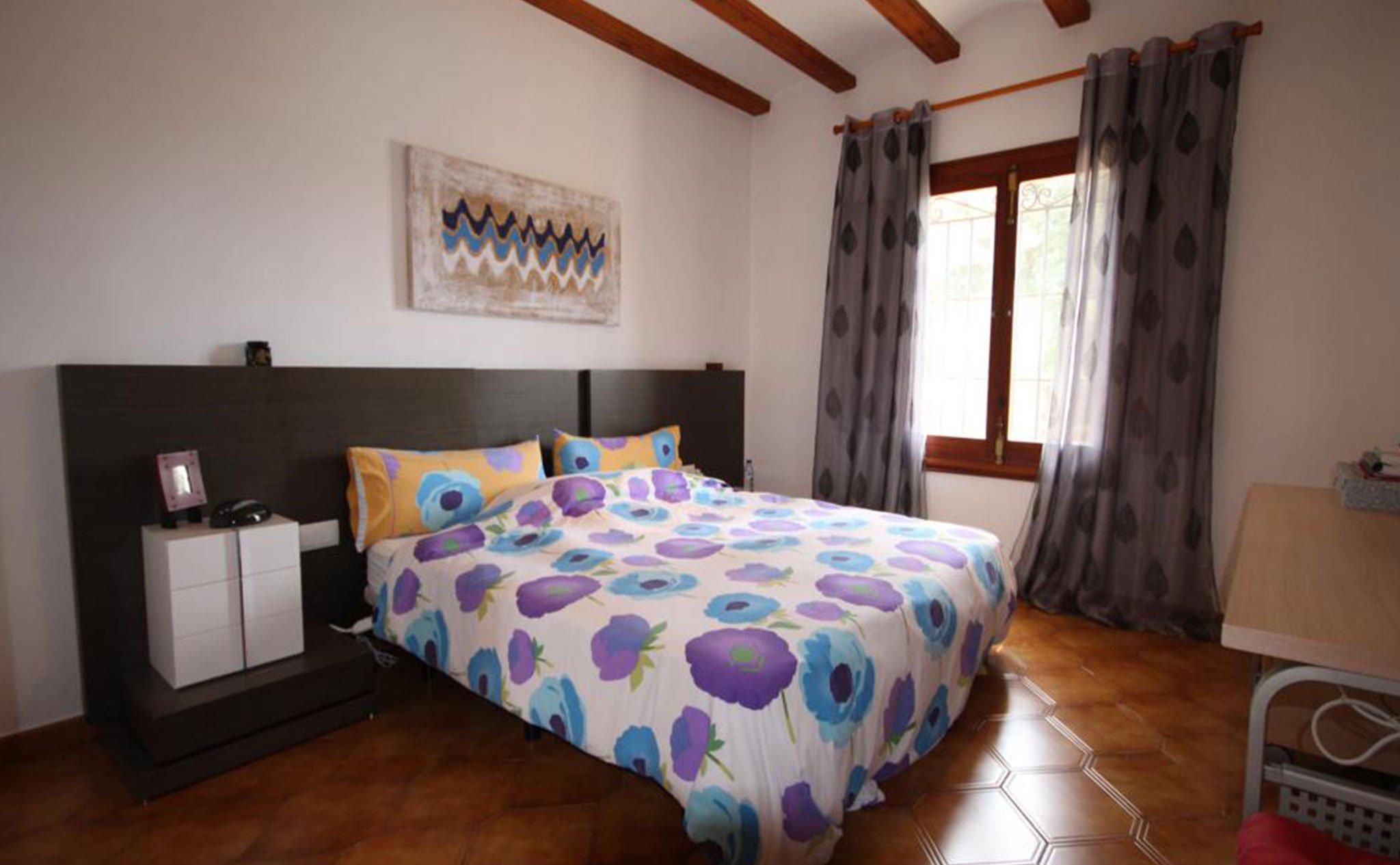 Dormitorio de una casa mediterránea con apartamento de invitados en Jávea – Atina Inmobiliaria