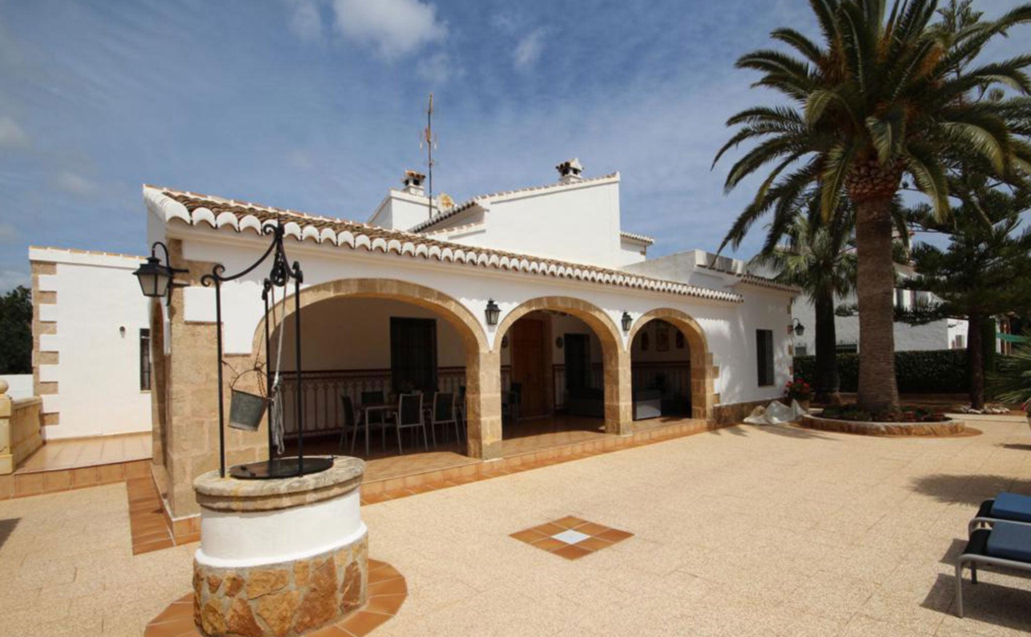 Exterior de una casa mediterránea con apartamento de invitados en Jávea – Atina Inmobiliaria