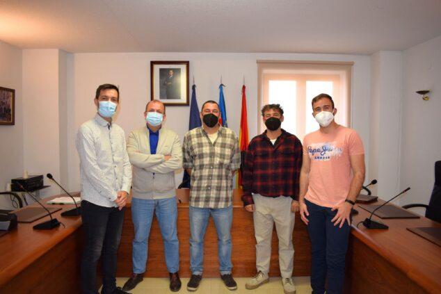 Imagen: Representantes del Col·lectiu Mirades y municipales