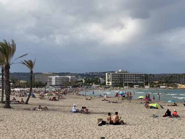 Imagen: Gente en la playa del Arenal de Xàbia
