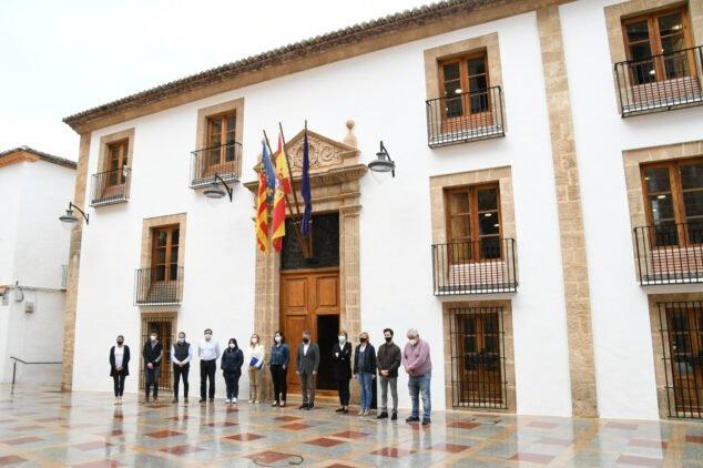 Imagen: Minuto de silencio en el Ayuntamiento de Xàbia