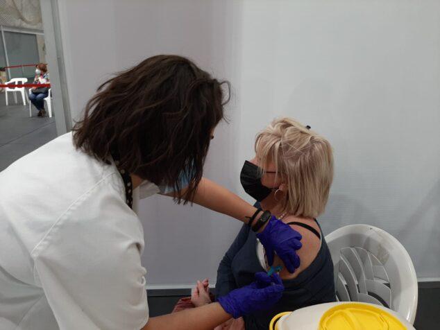 Imagen: Mujer vacunándose en uno de los puntos