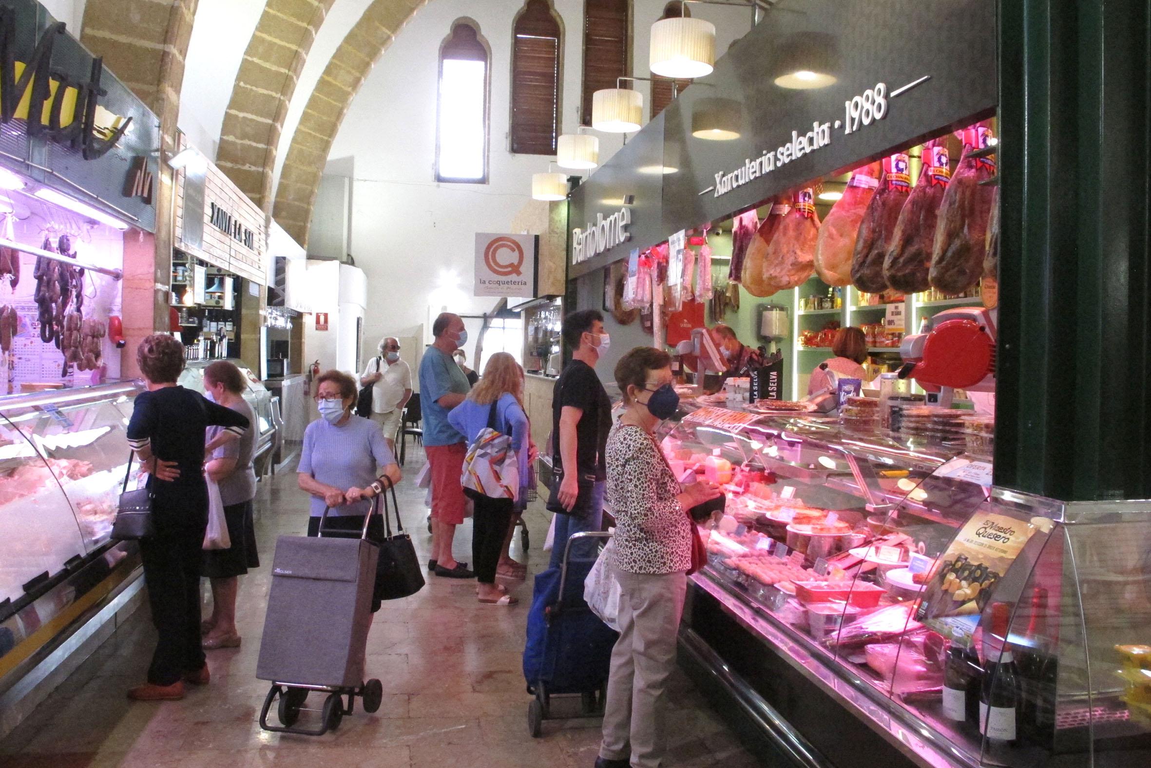 Personas comprando en el Mercat de Xàbia